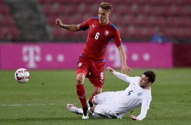 Český záložník Václav Petrák (v červeném) a Angličan Jake Forster-Caskey při přátelském utkání jednadvacítek v Praze na Letné.