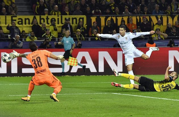 Cristiano Ronaldo dává třetí gól Realu Madrid v souboji s Borussií Dortmund.