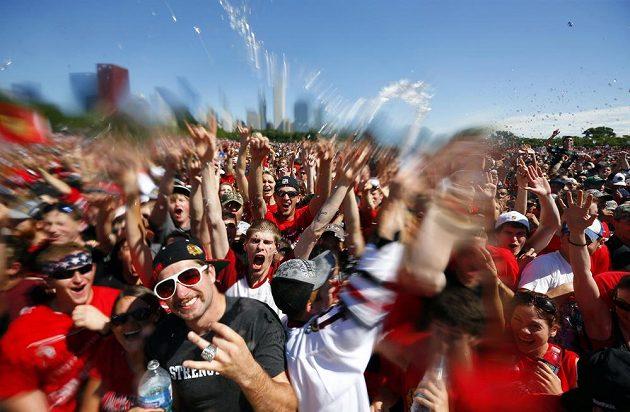 Rozjaření fanoušci Blackhawks na oslavě triumfu chicagských hokejistů ve Stanley Cupu.