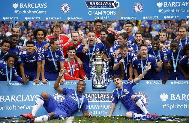Fotbalisté Chelsea s trofejí pro vítěze Premier League.