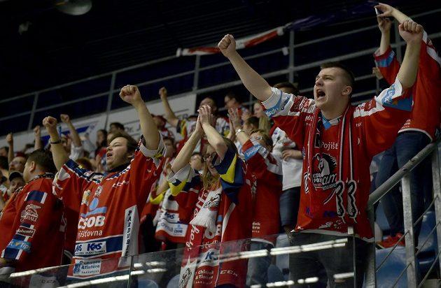 Fanoušci Pardubic se radují po vítězném utkání, kterým si Dynamo zajistilo účast v nejvyšší soutěži i pro příští sezonu.