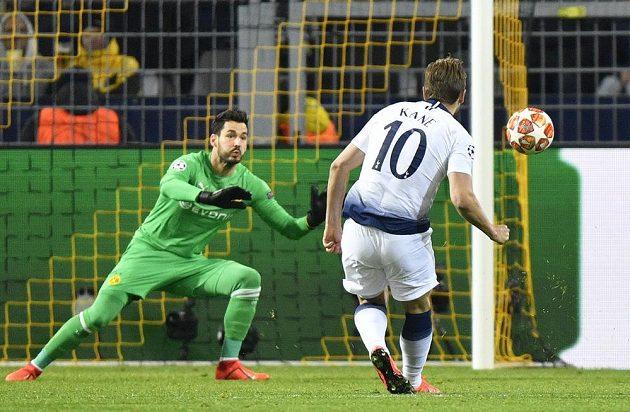 Harry Kane střílí gól Tottenhamu, brankář Dortmundu Roman Bürki už zasáhnout nestačil.