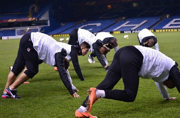 Lukáš Vácha (druhý zleva) během předzápasového tréninku před odvetou utkání Evropské ligy s Chelsea.