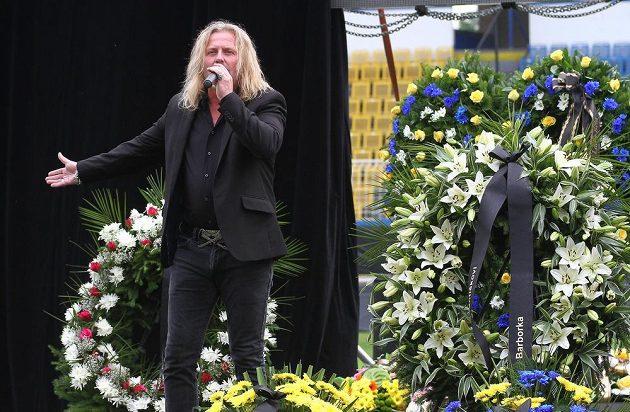 Na pohřbu zazpíval zpěvák skupiny Kabát Josef Vojtek.