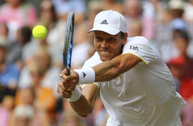 Tomáš Berdych při semifinále Wimbledonu s Rogerem Federerem.