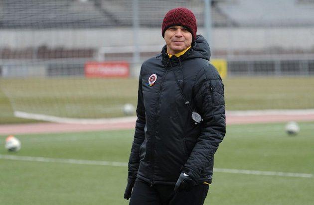 Honem do tepla a k čaji... Trenér Vítězslav Lavička končí úterní trénink Sparty před utkáním s Plzní.