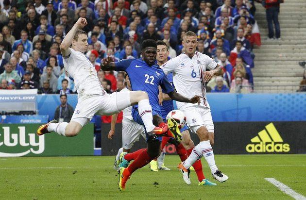 Islandský útočník Jón Dadi Bödvarsson (vlevo) se dostal do šance, zblokoval ho však Samuel Umtiti.