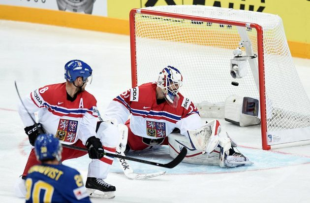 Český brankář Alexander Salák inkasuje první gól v utkání MS proti Švédsku.