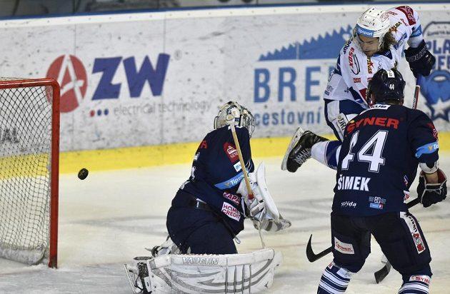 Brankář Liberce Ján Lašák inkasuje druhý gól, autor Alexandre Mallet z Brna a Radim Šimek z Liberce.