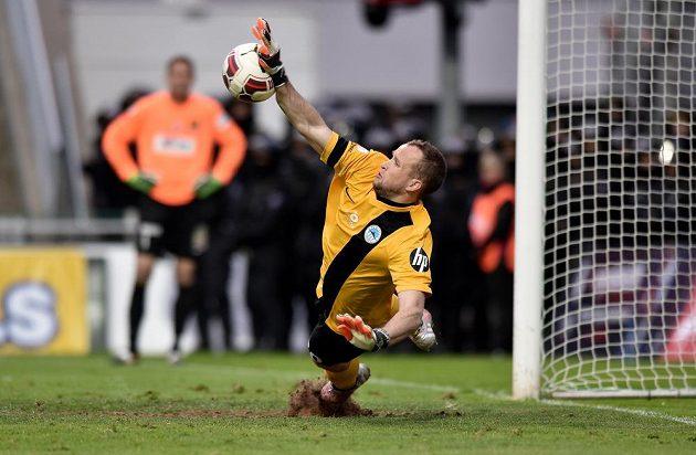 Liberecký brankář Lukáš Hroššo chytá penaltu ve finále Poháru FAČR proti Jablonci.