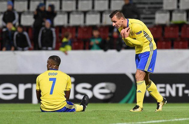 Zlínští fotbalisté Dame Diop a Adnan Džafič po největší zlínské šanci v nastavení druhého poločasu.