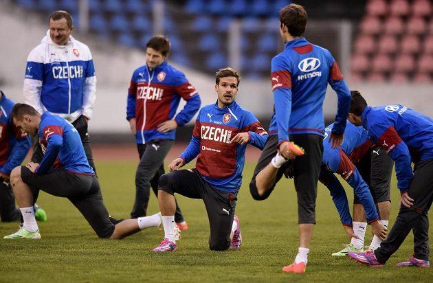 Obránce Filip Novák (uprostřed) na tréninku české fotbalové reprezentace před zápasem kvalifikace ME 2016 s Islandem.