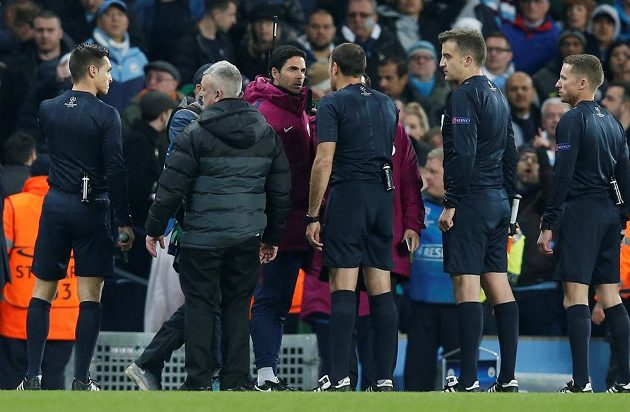 Rozhodčí si v poločase utkání Ligy mistrů mezi Manchesterem City a Liverpoolem vyslechli od domácích hodně peprných slov.