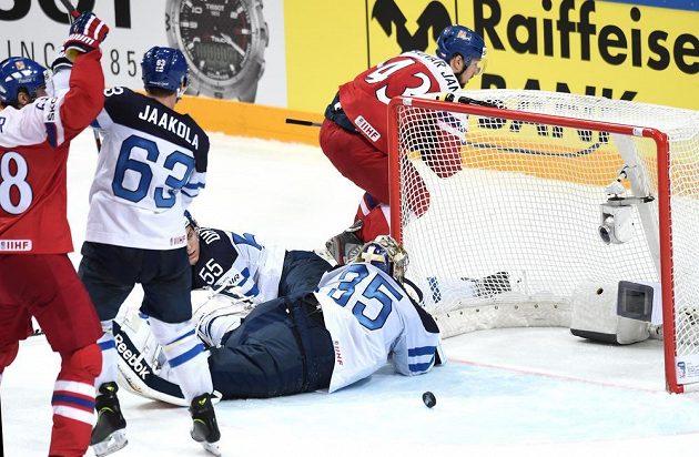Jan Kovář (za bránou) oslavuje svůj druhý gól během čtvrtfinále s Finy.
