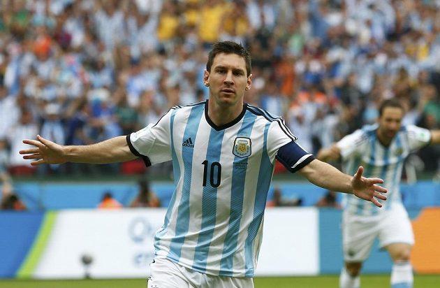 Hvězdný Argentinec Lionel Messi slaví, v prvním poločasu utkání s Nigérií zatížil konto soupeře dvěma góly.