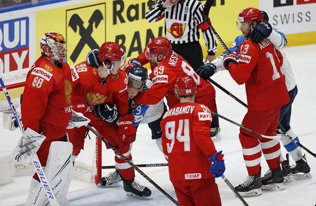 Rušno před ruskou brankou v semifinále MS s Finskem.