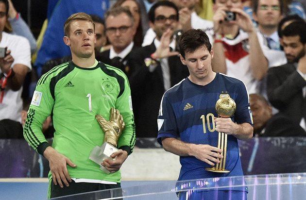 Německý gólman Manuel Neuer (vlevo) a zachmuřený Lionel Messi při vyhlášení individuálních ocenění na MS.