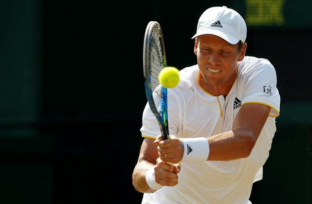 Tomáš Berdych při úderu během druhého kola Wimbledonu.