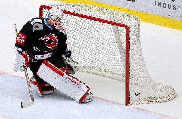 Peter Hamerlík z Třince dostává druhý gól na 3:2 od HC Olomouc v utkání 34. kola ELH.