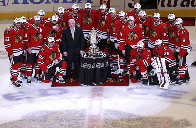Hokejisté Chicaga pózují s trofejí Clarence S. Campbell Bowl pro vítěze Západní konference sezóny 2012/13.