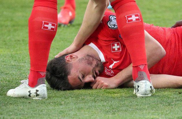 Fabian Schär bezvládně ležící na trávníku.
