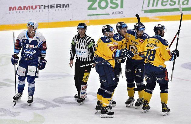 Radost hráčů Zlína z gólu na ledě Komety, výhru ale nakonec slavila Kometa Brno.