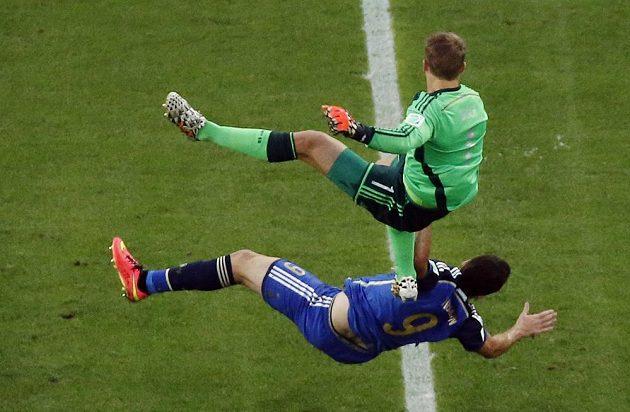 Německý gólman Manuel Neuer (nahoře) po střetu s Argentincem Gonzalem Higuaínem.