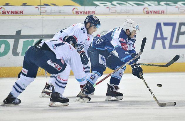 Radim Šimek a Jakub Valský z Liberce se snaží zastavit plzeňského Davida Stacha během čtvrtfinále play off hokejové extraligy.
