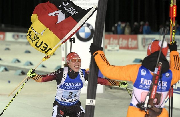 Němky Franziska Hildebrandová (vpravo) a finišmanka Laura Dahlmeierová slaví vítězství ve štafetě.