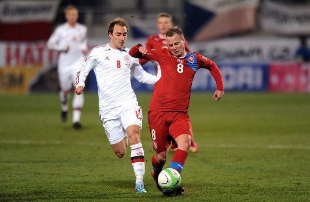 Český obránce David Limberský (vpravo) si kryje míč před Christianem Eriksenem z Dánska.