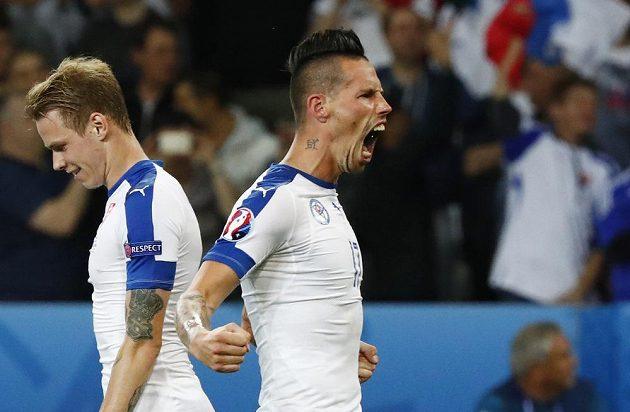 Slovenský záložník Marek Hamšík (vpravo) se raduje z gólu proti Rusku.