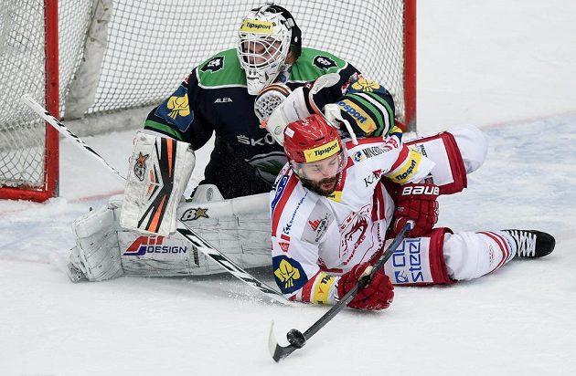 Brankář Boleslavi Martin Růžička zasahuje za ležícím Jakubem Klepiš z Třince ve čtvrtém utkání čtvrtfinálové série.