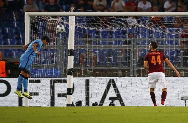 Luis Suárez (vlevo) střílí vedoucí gól Barcelony na hřišti AS Řím.