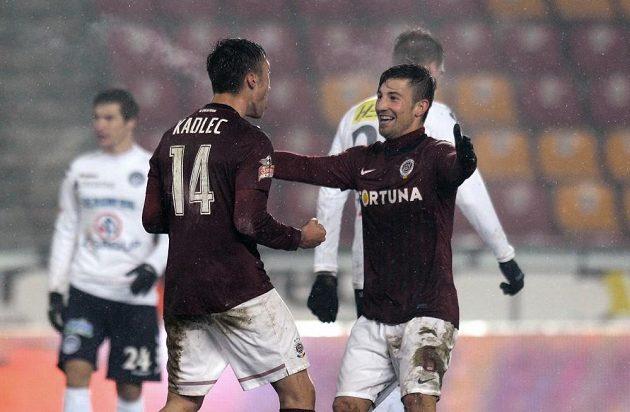 Sparťané Václav Kadlec (vlevo) a Lukáš Vácha oslavují druhý gól proti Slovácku.