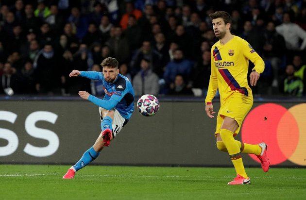 Neapolský Dries Mertens (14) střílí na branku Barcelony.