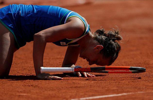 Barbora Strýcová na kolenou.
