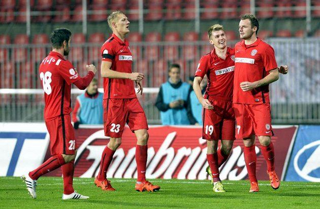 Hráči Brna se radují z gólu proti Plzni. Zleva Matúš Lacko, Michal Škoda, Milan Lutonský a střelec Jakub Řezníček.