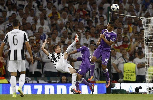 Forvard Juventusu Mario Mandžukič předvedl parádní nůžky a srovnal na průběžných 1:1.