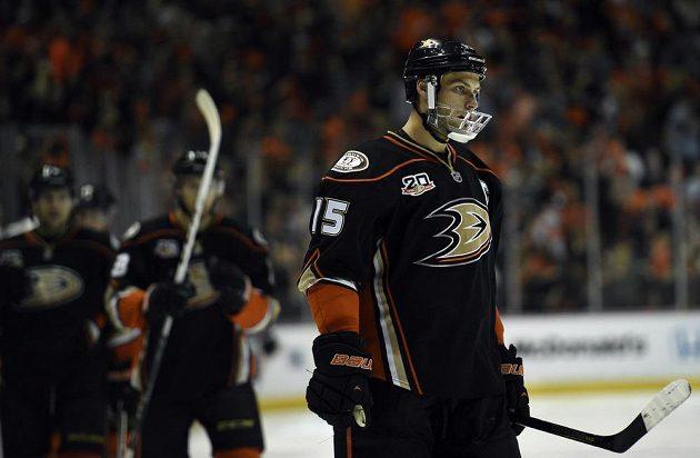 Anaheimský kapitán Getzlaf významně podpořil důležité vítězství Ducks proti Dallasu. Chránič na čelisti je důvodem jeho nespecifikovaného nedávného zranění.