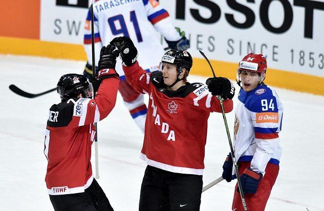 Hokejisté Kanady Sean Couturier (vlevo) a Cody Eakin oslavují první gól ve finále mistrovství světa s Ruskem.
