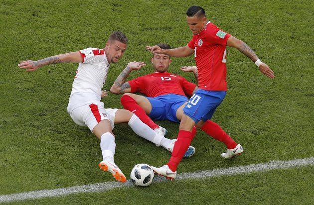 Obrovská bitva o míč. Srb Sergej Milinkovič-Savič (vlevo) se pustil do souboje s přesilou kostarickým reprezentantů - Franciscem Calvou (uprostřed) a Davidem Guzmanem během utkání MS.