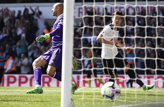Son Hung-Min z Tottenhamu překonává Gomese z Watfordu.
