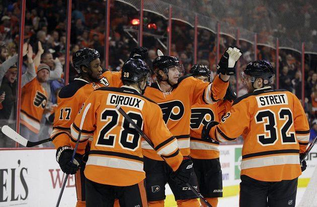 Hokejisté Philadelphie se radují z gólu proti Carolině. Zleva Wayne Simmonds, Claude Giroux, Jakub Voracek, Brayden Schenn a Mark Streit.