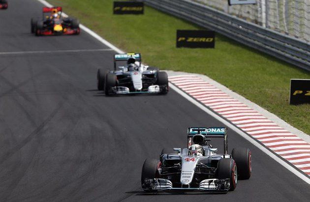 Brit Lewis Hamilton ujíždí týmovému kolegovi z Mercedesu Niku Rosbergovi na Velké ceně Maďarska.
