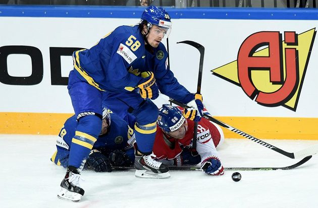 Anton Lander ze Švédska a český útočník Jaromír Jágr v souboji během utkání hokejového MS v Praze