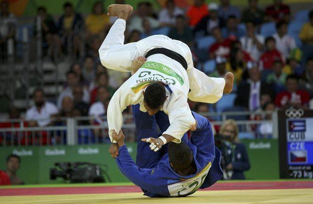 Český judista Jaromír Ježek (v modrém) vypadl z olympijského turnaje po porážce s Kubáncem Magdielem Estradou.