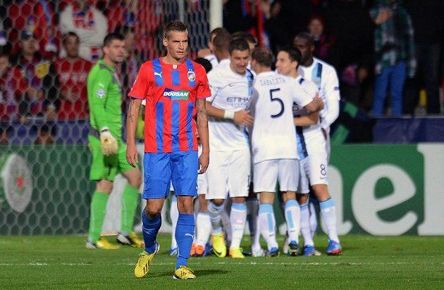 Zklamaný plzeňský obránce Lukáš Hejda nemůže uvěřit, že Západočeši obdrželi branku v utkání Ligy mistrů proti Manchesteru City.