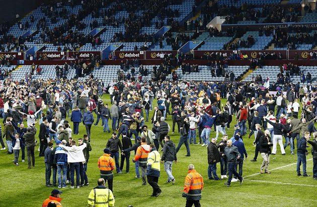 Na trávníku slavili fanoušci Aston Villy postup přes WBA do semifinále FA Cupu.