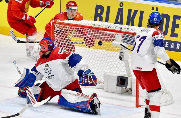Nikita Gusev z Ruska (vzadu druhý zleva) střílí druhý gól sborné. Vpředu je překonaný český brankář Patrik Bartošák a vpravo Michael Frolík.