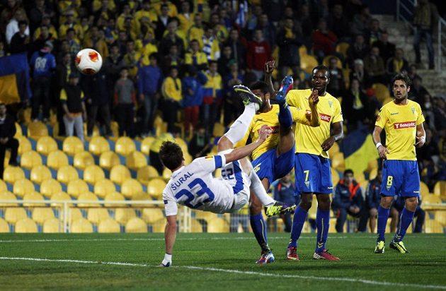 Liberecký záložník Josef Šural (v bílém dresu) střílí nůžkami gól do sítě Estorilu.